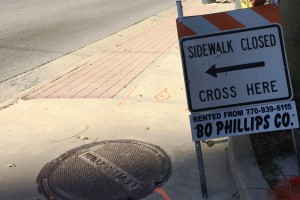 Closed sidewalk sign that is easy to walk past